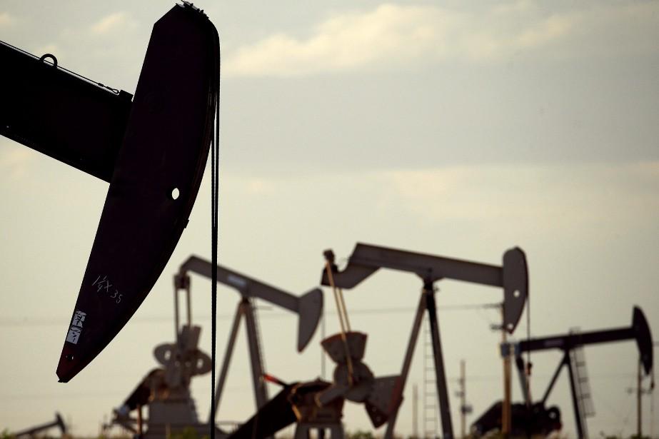 Les cours du pétrole ont terminé en baisse... (Photo Charlie Riedel, archives AP)