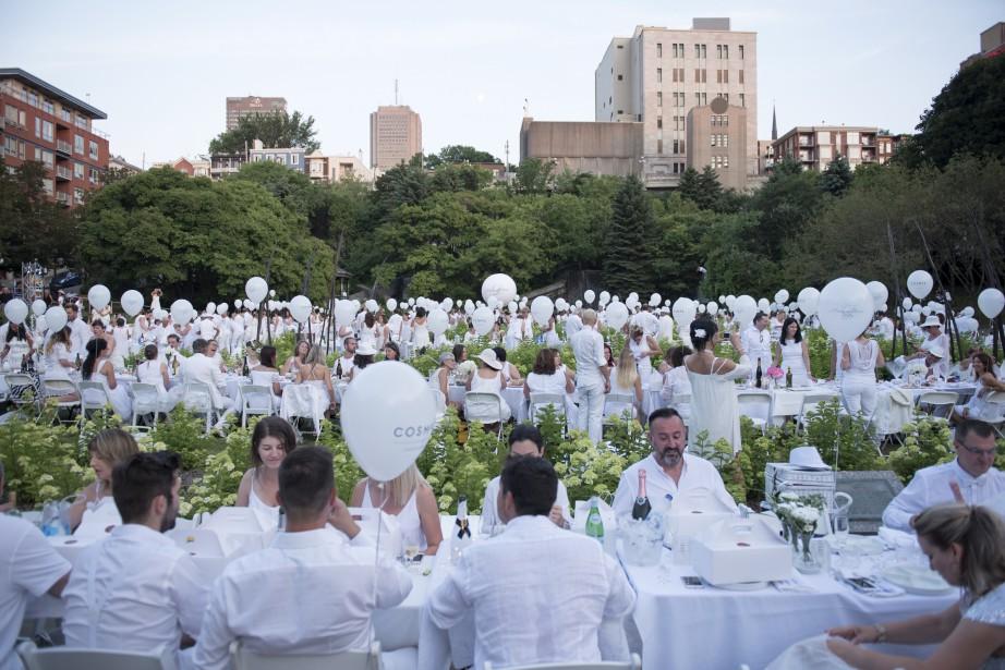 Le d ner en blanc en images for Au saint roch hotel jardin