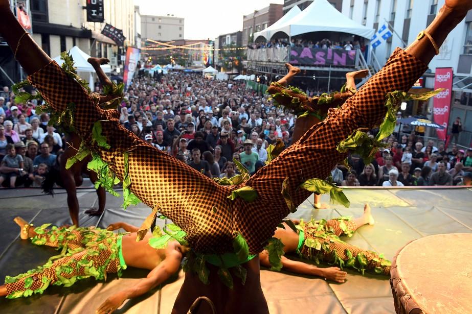 Ils ont le sens du spectacle, les membres du Cirque Kalabanté, et l'ont démontré jeudi soir, devant une foule impressionnante rassemblée au centre-ville de Chicoutimi. (Le Quotidien, Rocket Lavoie)