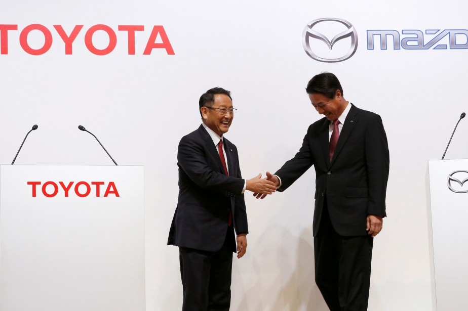 Le président de Toyota Akio Toyoda (à gauche)... (Photo Kim Kyung-Hoon, REUTERS)