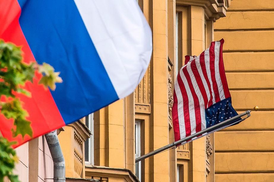 Des drapeaux russe et américain flottent à l'ambassade... (PHOTO MLADEN ANTONOV, AGENCE FRANCE-PRESSE)