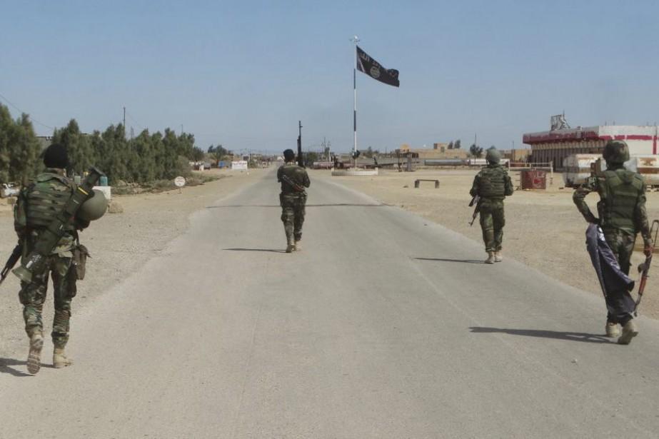 Les forces de sécurité irakiennes avancent dans un... (PHOTO OSAMA SAMI, ARCHIVES ASSOCIATED PRESS)