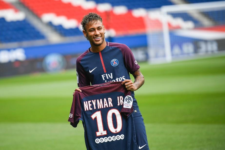 Neymar a posé avec son nouveau maillot du... (Photo Lionel Bonaventure, AFP)