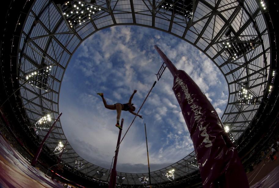 L'Américaine Emily Grove performe lors des qualifications de saut à la perche aux mondiaux d'athlétisme, à Londres. | 4 août 2017