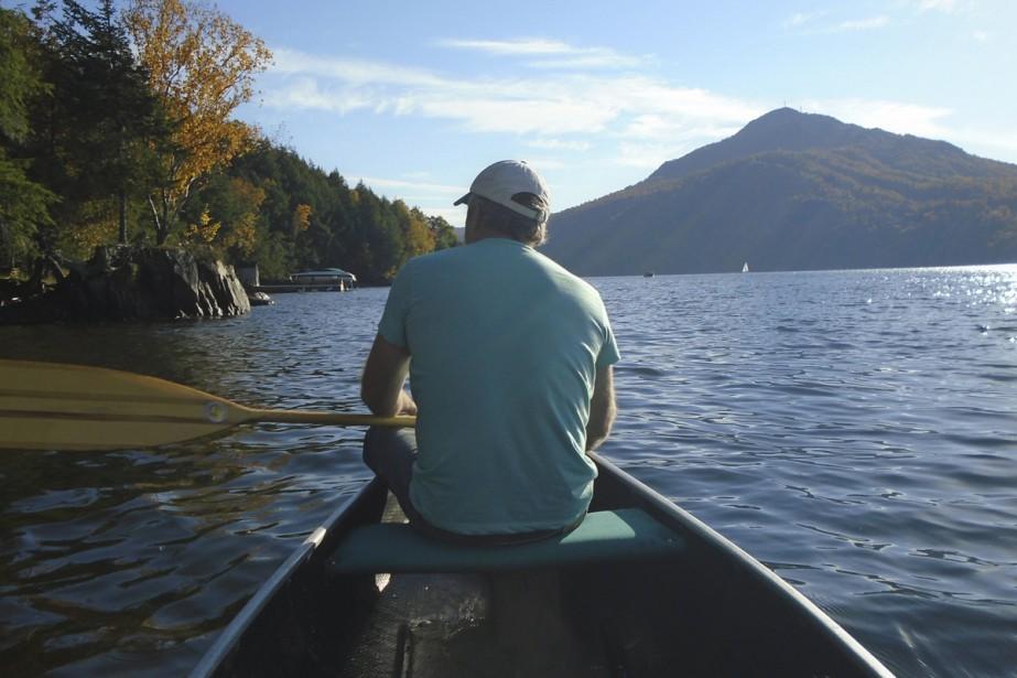 Georgeville est situé sur les rives du lac Memphrémagog. Ses habitants peuvent ainsi admirer toutes ses splendeurs, comme cet homme en canot profitant de la quiétude du lac avec en prime, une vue sur le mont Owl's Head. Ailleurs sur les eaux, on peut même apprécier les couchers de soleil face au mont Éléphant.  Stéphanie Girard, La Tribune  | 4 août 2017