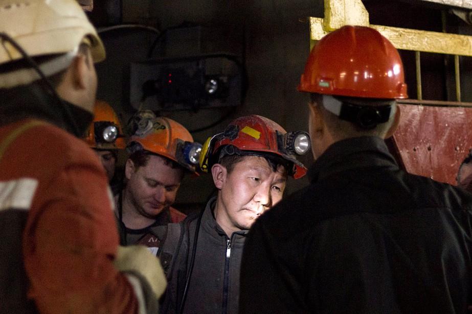 Des mineurs évacuent la mine alors que des... (PHOTO AP/FOURNIE PAR LA MINIÈRE ALROSA)