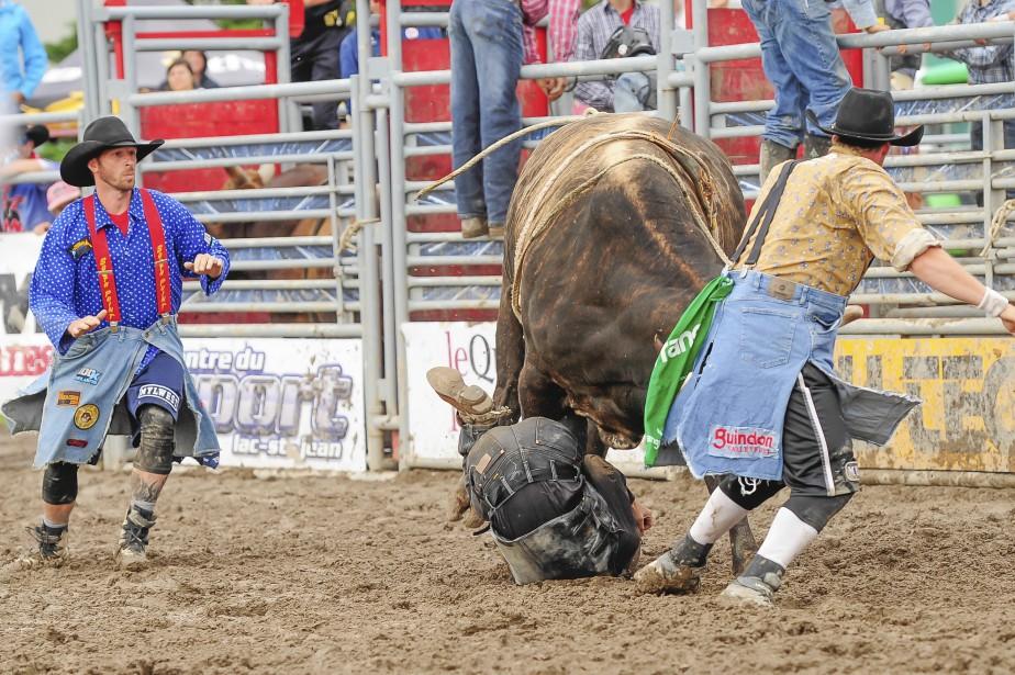 Les clowns de rodéo doivent intervenir régulièrement pour aider les cowboys. (Gimmy Desbiens)