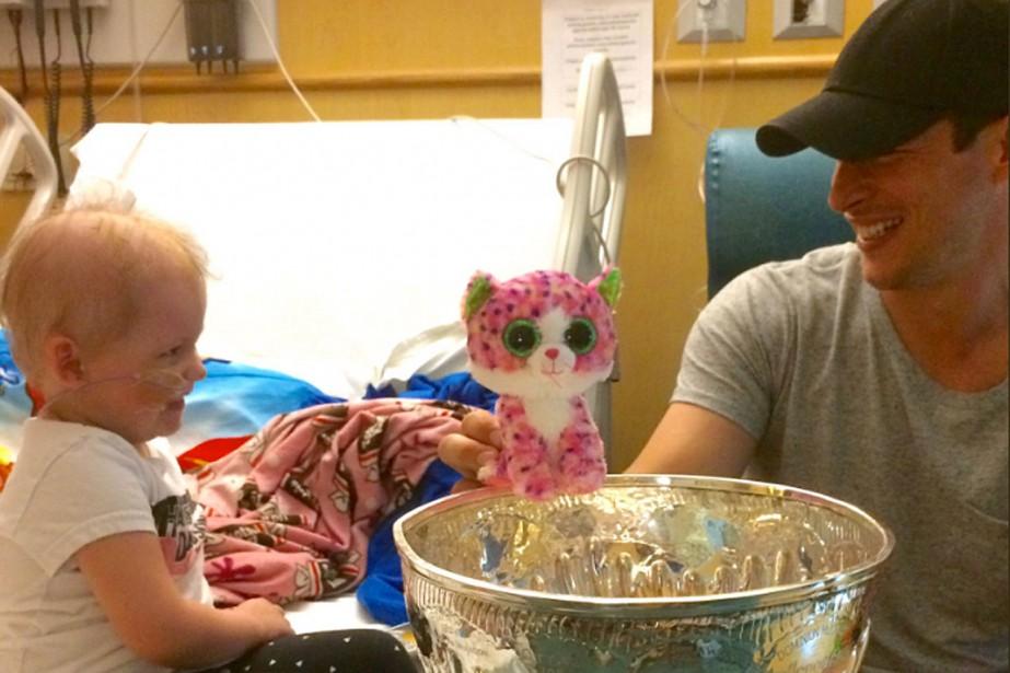 Sidney Crosby a visité un hôpital pour enfants... (PHOTO TIRÉE DU COMPTE TWITTER @KEEPEROFTHECUP)