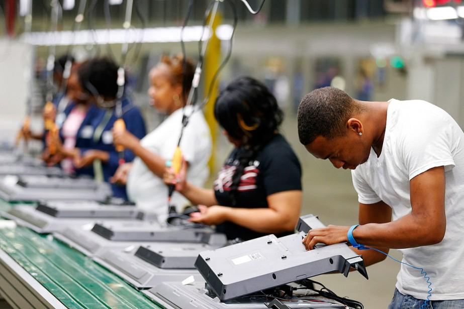 Des travailleurs sont à l'oeuvre sur une chaîne... (PHOTO CHRIS KEANE, ARCHIVES REUTERS)