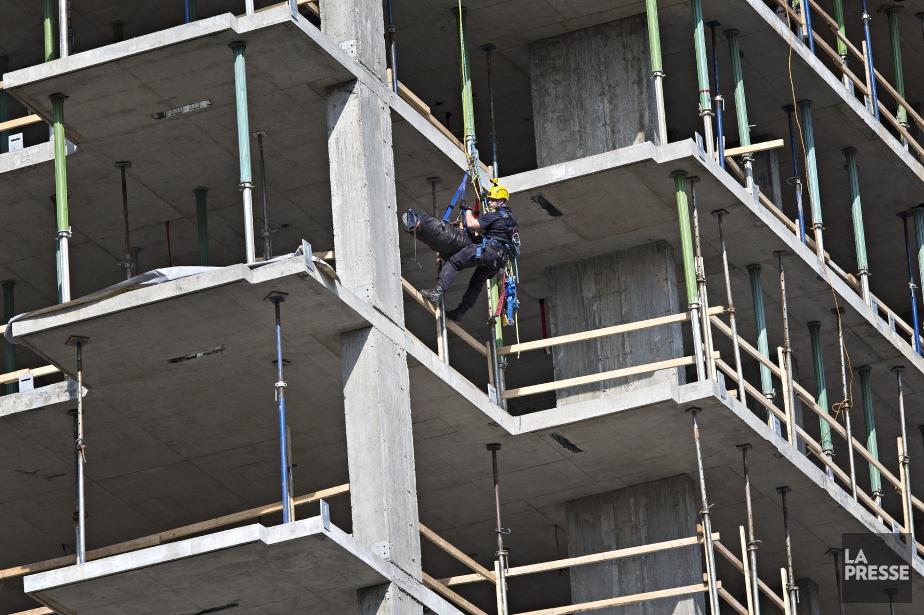 Un sauvetage en hauteur dans un immeuble en... (Photo Patrick Sanfaçon, archives La Presse)