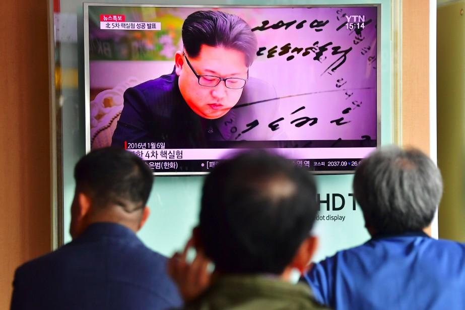 Le leader nord-coréen Kim Jong-un apparaît sur un... (AFP, Jung Yeon-Je)