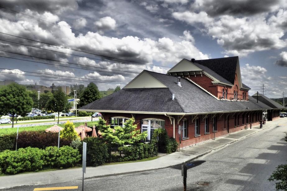 Gare du CN (Siboire) L'arrivée du réseau de chemin de fer à Sherbrooke a marqué une étape décisive dans le développement de la ville. La ligne reliant Montréal et Portland, au Maine, a été réalisée entre 1845 et 1853. Si la première gare a été construite en 1852, elle a été remplacée par la gare actuelle en 1890. Cette dernière portait le nom d'Union Station. Son décor emprunte des éléments au néogothique et au néoroman.  | 7 août 2017