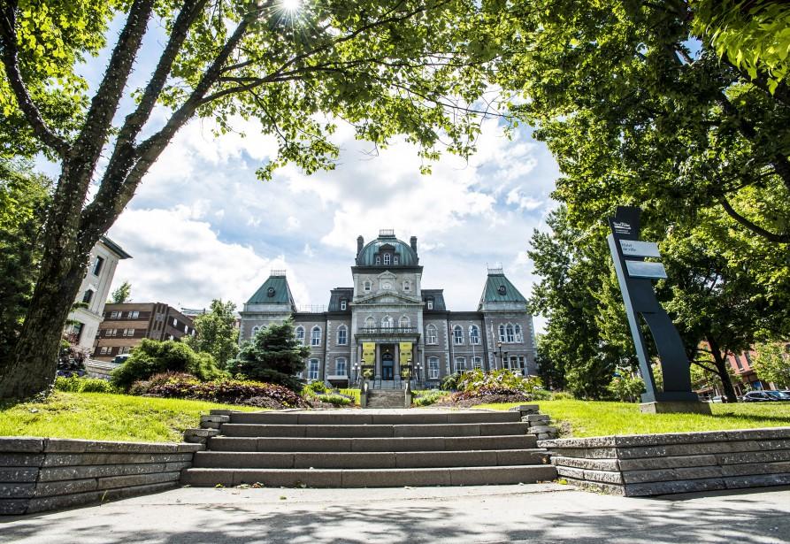 Hôtel de ville de Sherbrooke L'hôtel de ville de Sherbrooke présente des caractéristiques du style Second Empire, largement utilisé au Québec dans le dernier quart du 19esiècle. Le choix des matériaux, comme le granit gris de Stanstead et le granit rose d'Argenteuil, confère un prestige accru au bâtiment. La valeur historique du bâtiment relève entre autres de l'architecte Elzéar Charest, qui a réalisé plusieurs immeubles dans la ville de Québec.  | 7 août 2017