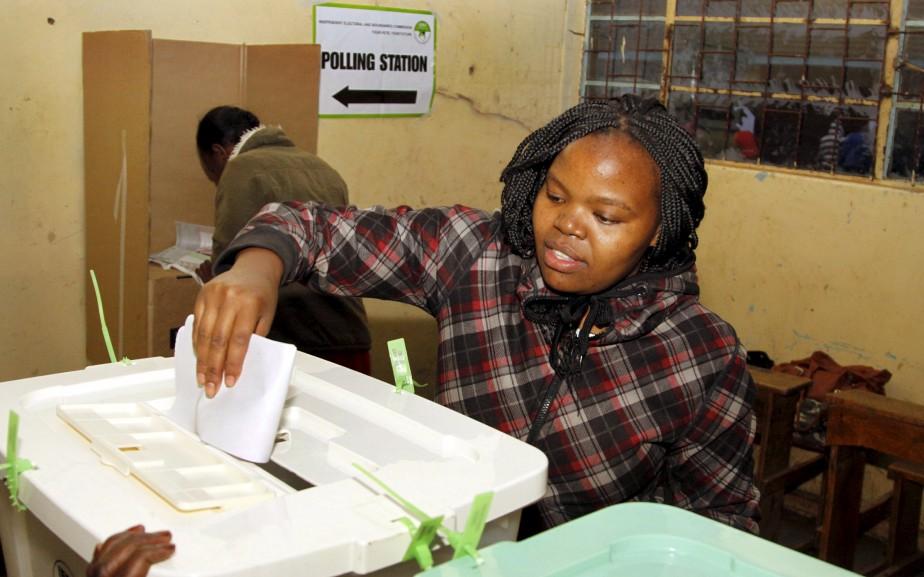 Une femme vote à Nairobi, au Kenya, à la suite...   2017-08-08 00:00:00.000