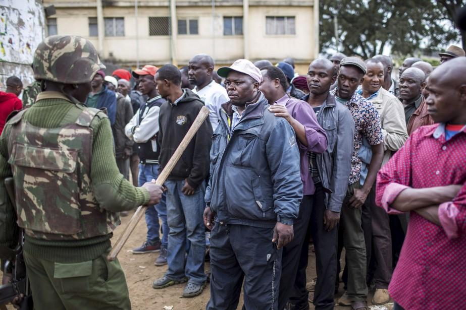 Un officier de l'administration du Kenya contrôle l'accès aux bureaux de vote, au centre communautaire de Kariokor, à Nairobi, durant les élections présidentielles du Kenya.   8 août 2017