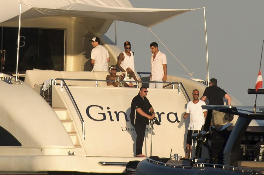 Le joueur de soccer du Paris Saint-Germain (PSG), Neymar (au centre), est étendu sur un yacht après avoir quitté la plage de Ramatuelle, dans le sud-est de la France, deux jours après avoir rencontré les partisans de son nouveau club.   8 août 2017