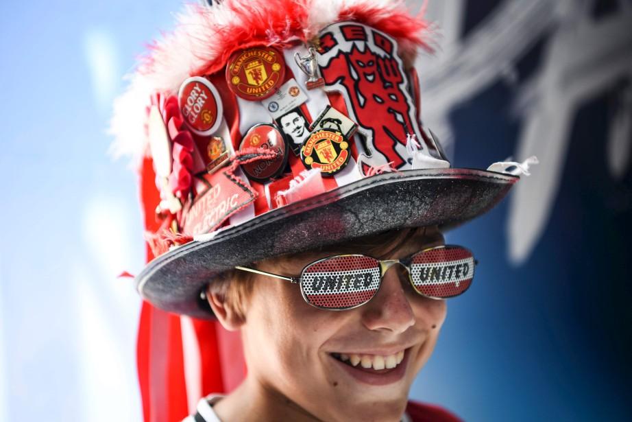 Un supporter du Manchester United sourit dans la zone des partisans, à Skopje, lors d'un match opposant le Real Madrid au Manchester United.   8 août 2017