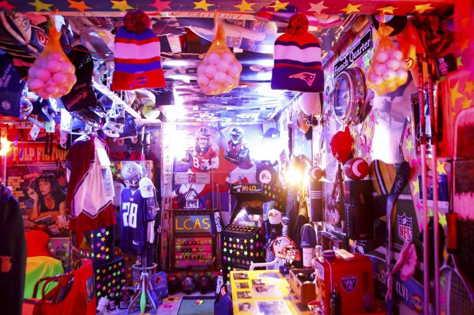 Des murs tapissés de photos, de balles, de casquettes, de bâtons, d'affiches, de toutes sortes d'articles promotionnels. Tout un tas d'objets accrochés au plafond, d'autres décorant le plancher. | 8 août 2017