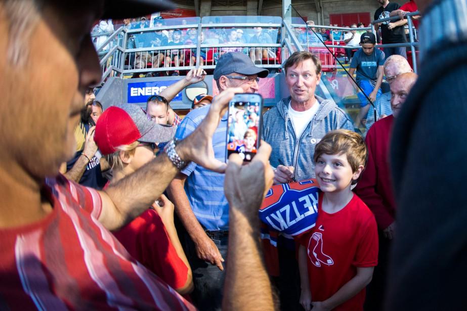 Même le maire de Trois-Rivières Yves Lévesque n'a pu se retenir d'être pris en photo avec Wayne Gretzky. | 8 août 2017
