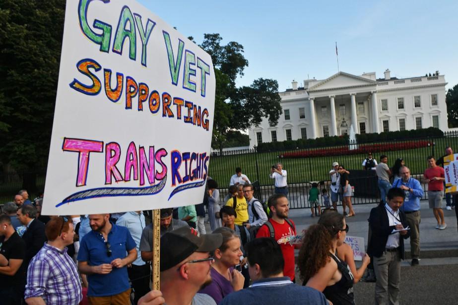 Des manifestants ont dénoncé la prise de position... (PHOTO AFP)