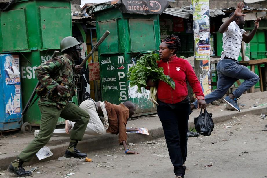 La police anti-émeute, déployée dans plusieurs bidonvilles de... (PHOTO REUTERS)