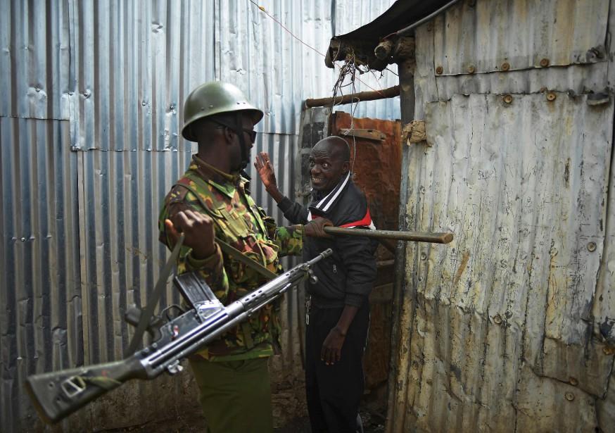 Un officier kényan confronte un manifestant suspecté, à Nairobi, un jour après les élections présidentielles au Kenya.   9 août 2017