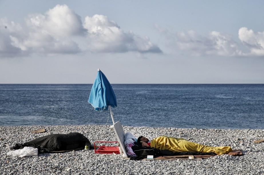 Des migrants dorment sur la plage, à Vintimille, en Italie, près de la frontière française. En 2017, plus de 117000 individus ont traversé la mer Méditerranée, de l'Afrique du Nord jusqu'en Europe, et plus de 96000 d'entre eux sont arrivés en Italie.   9 août 2017