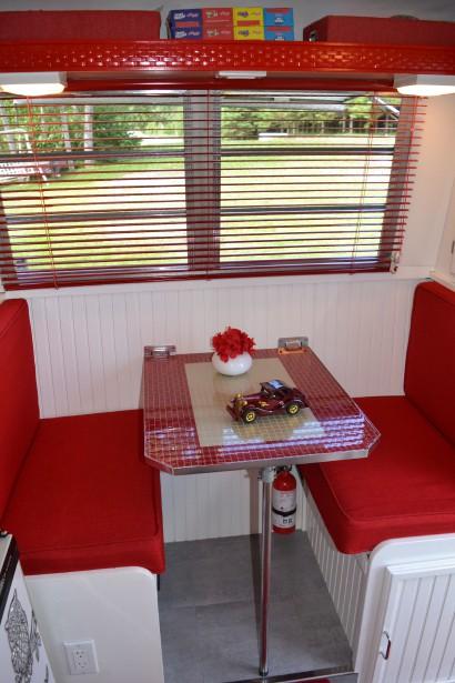 La petite table à diner se transforme en lit. ()