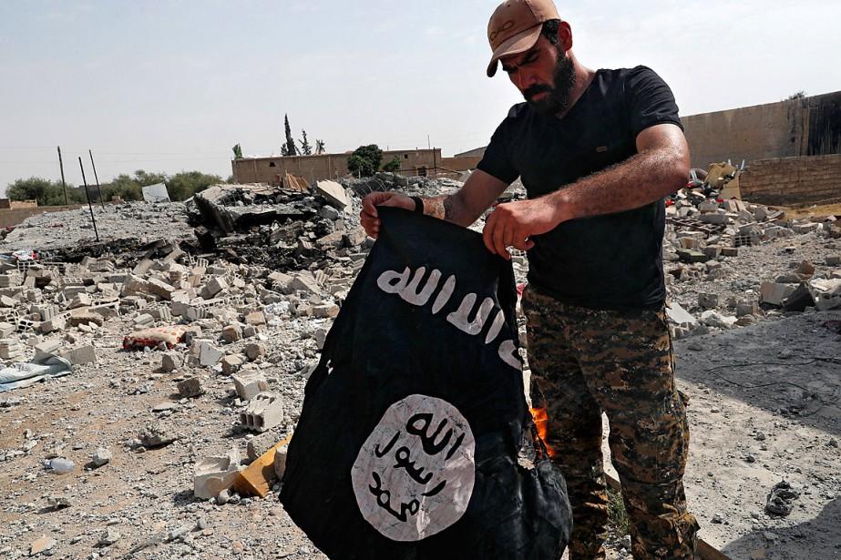 Un soldat de la coalition soutenue par les... (PHOTO HUSSEIN MALLA, ARCHIVES ASSOCIATED PRESS)