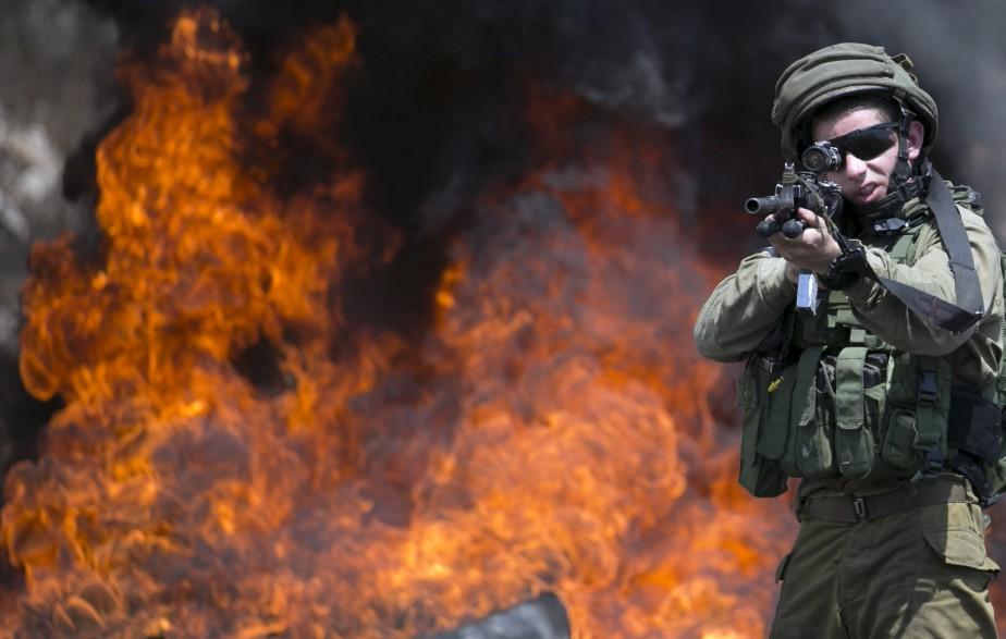 Un soldat israélien pointe son arme lors d'un affrontement avec...   2017-08-11 00:00:00.000