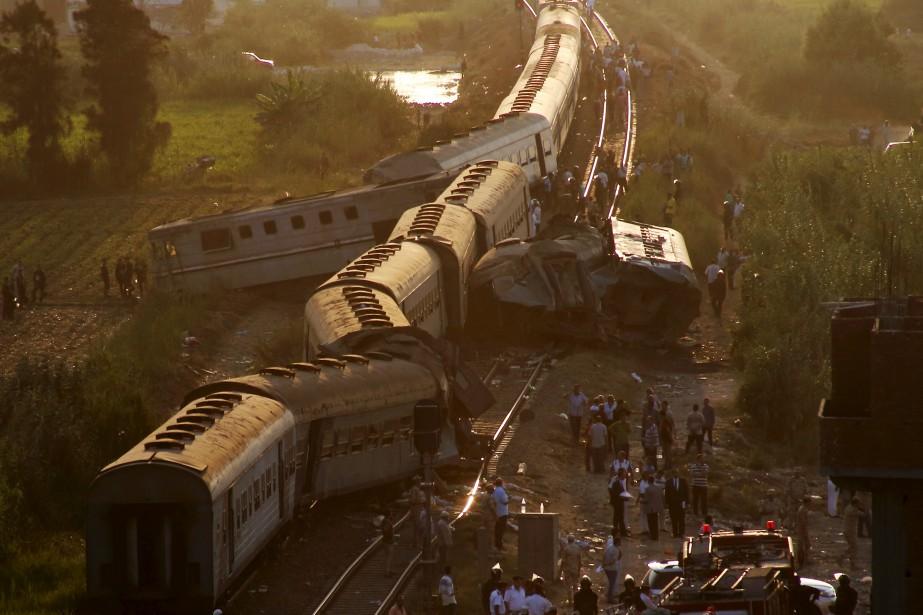 Deux trains sont photographiés à la suite d'une collision, à l'extérieur du port de l'Égypte sur la mer Méditerranée, dans la ville d'Alexandrie, faisant au moins 40 morts et plus de 100 blessés.   11 août 2017