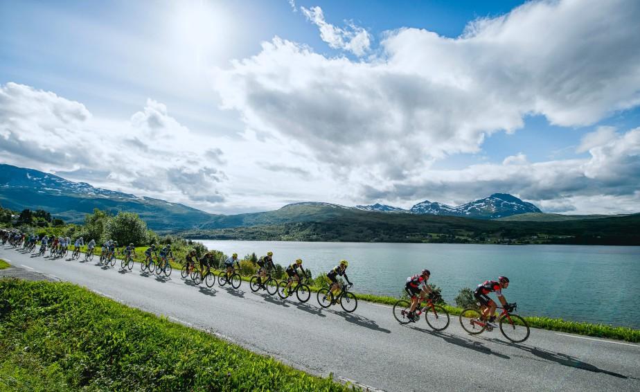 Des cyclistes se font la course lors de la deuxième étape de la Course arctique de Norvège, entre Sjoevegan et l'aéroport de Bardufoss.   11 août 2017