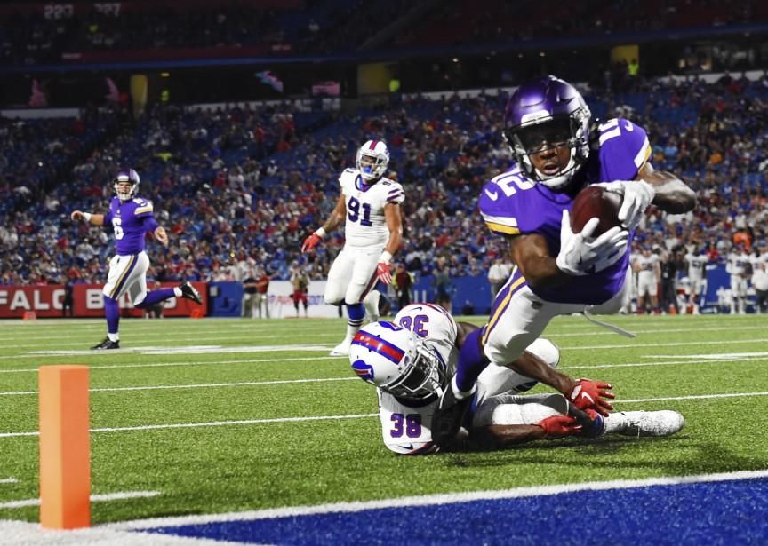 Le receveur des Vikings du Minnesota Rodney Adams (#12) plonge et inscrit un touché lors d'un match préparatoire de la NFL entre les Vikings et les Bills de Buffalo.    11 août 2017