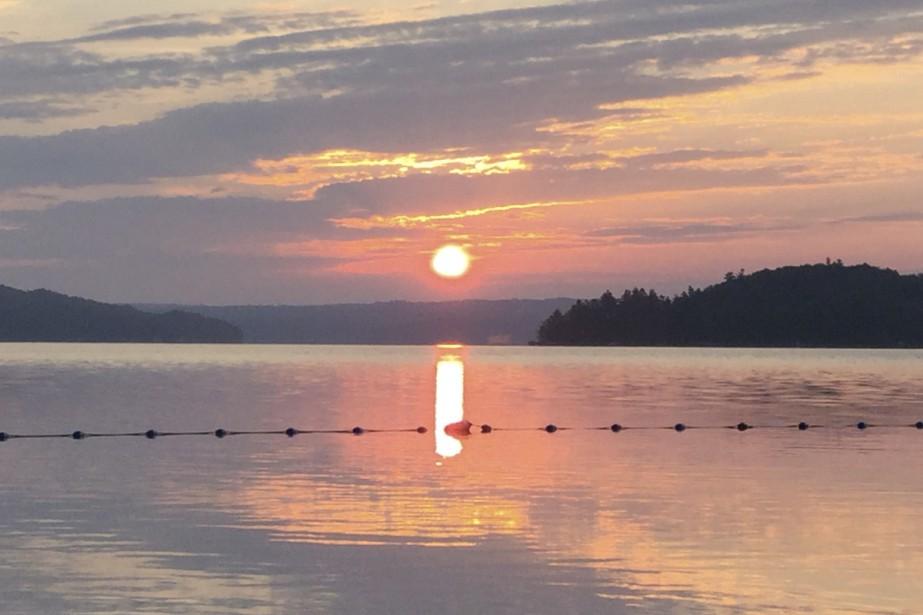 C'est Alexy Pichette, un jeune homme de 14 ans, qui a croqué ce cliché le 3 août dernier. L'adolescent et sa mère habitent Toronto et c'est en vacances au camping du lac Massawippi qu'ils ont pu admirer ce paisible lever de soleil sur l'eau.  Stéphanie Girard, La Tribune  | 11 août 2017
