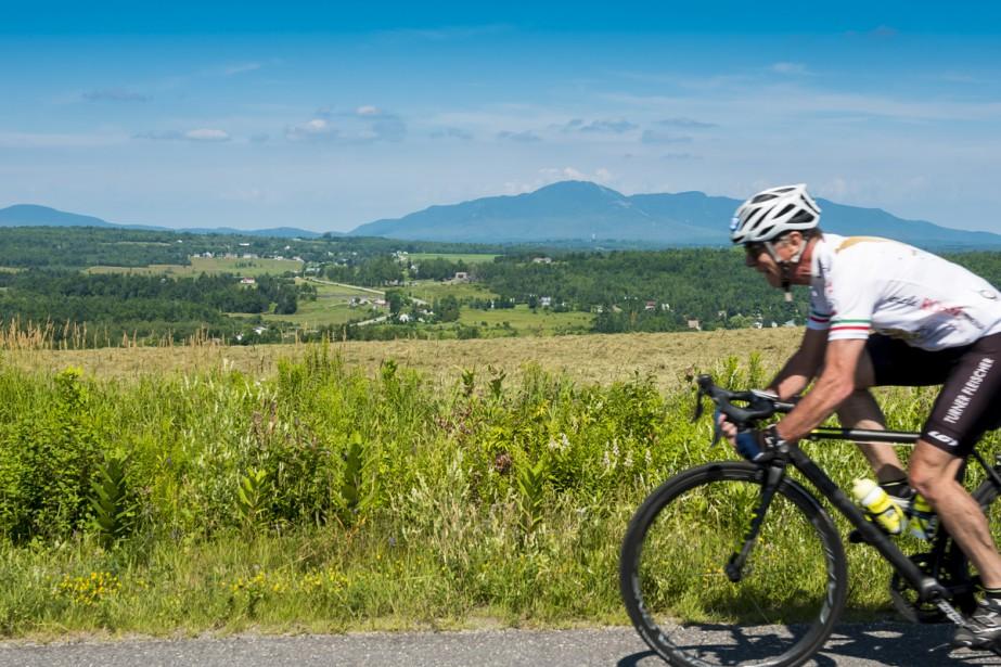 Sur le chemin d'Ayer's Cliff à Sainte-Catherine-de-Hatley, la vue est imprenable. Cyclistes et automobilistes qui se dirigent vers Magog profitent ainsi de paysages verdoyants lors de leur balade.  Stéphanie Girard, La Tribune  | 11 août 2017