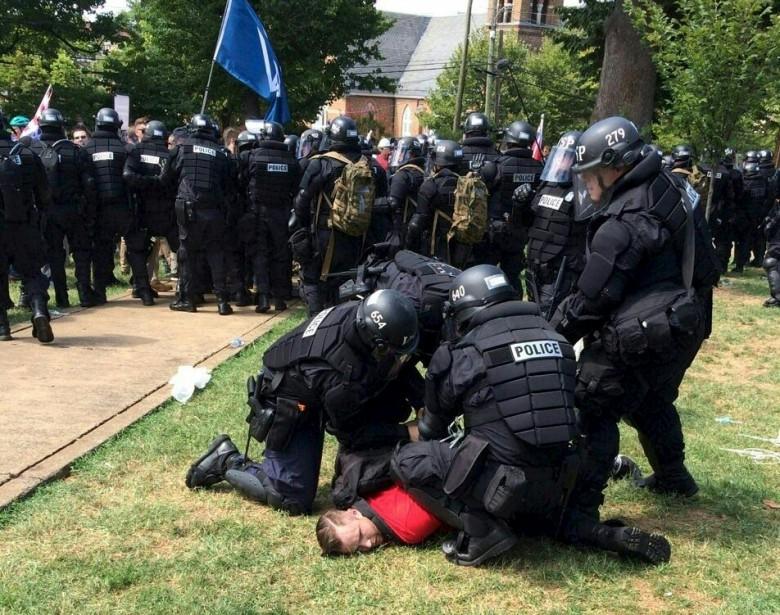 Des policiers procèdent à l'arrestation d'un manifestant. | 12 août 2017