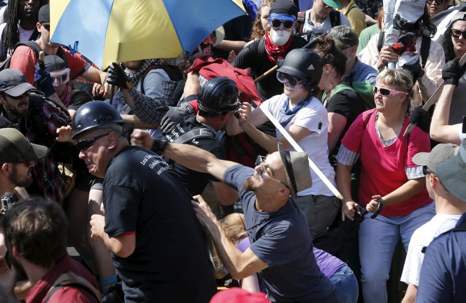 Des suprématistes blancs et des contre-manifestants en sont venus aux coups. | 12 août 2017