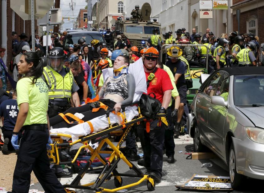 Les secouristes prennent en charge des blessés après qu'une voiture ait foncé dans la foule qui manifestait à Charlottesville, samedi. | 12 août 2017