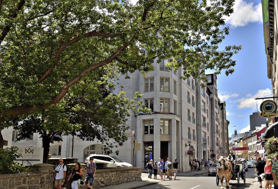 Des condos de luxe, les Maisons Beaucours, ont été érigés en 1997 au 33, rue Saint-Louis, à l'endroitoù se situait l'hôtel. | 12 août 2017