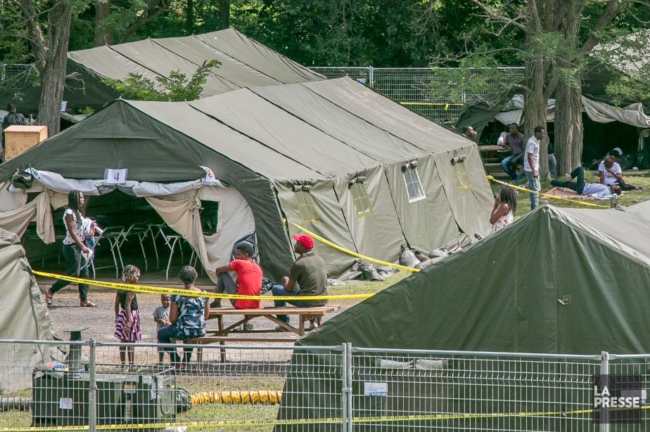Une vingtaine de nouvelles tentes viennent d'être montées... (PHOTO MARTIN TREMBLAY, LA PRESSE)