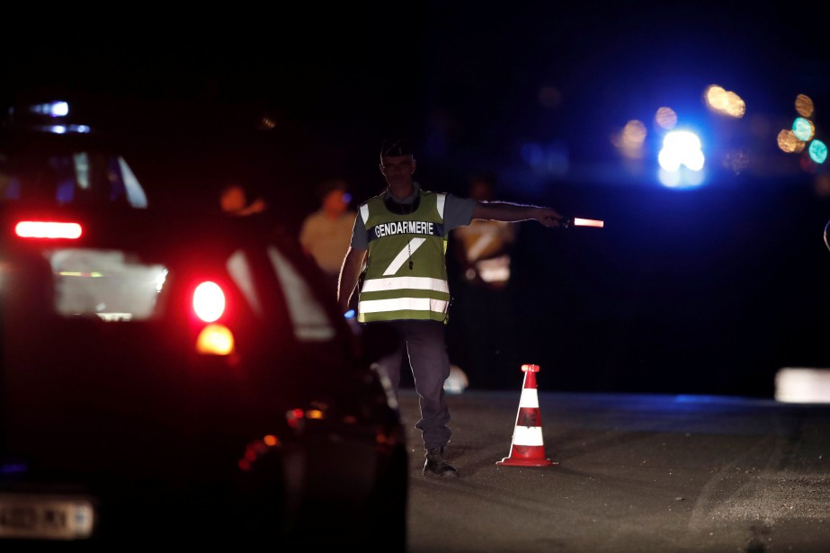 Le chauffeur aurait délibérement projeté son auto dans... (PHOTO REUTERS)