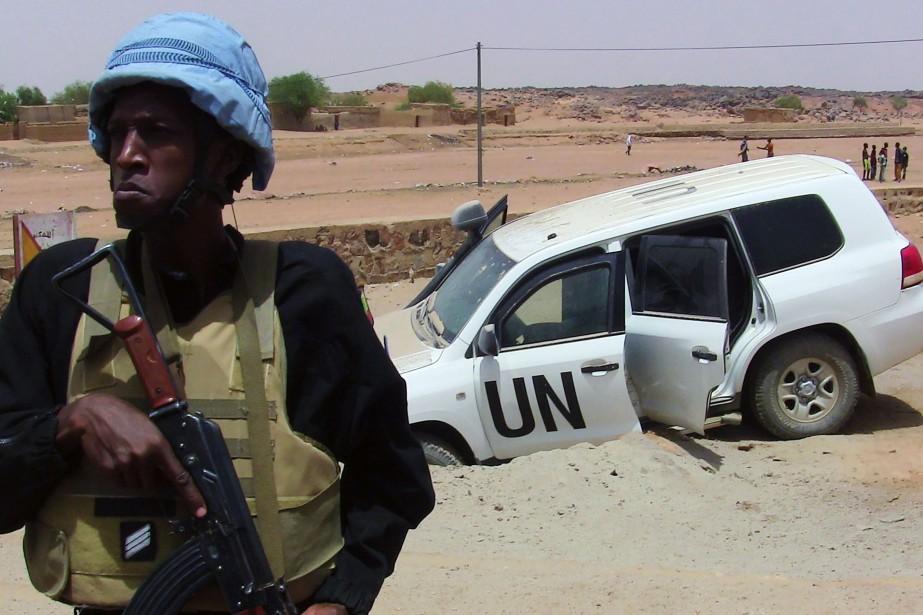 Un casque bleu posté près du lieu d'un... (ARCHIVES AFP)