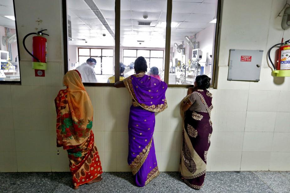 Les hôpitaux publics indiens sont souvent débordés et... (PHOTO REUTERS)