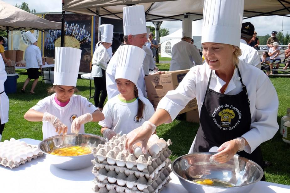 À défaut d'avoir pu être présente lors de la Fête nationale, la Confrérie de l'Omelette géante était de Granby en Fête pour une première fois. Un millier d'oeufs ont été servis. | 14 août 2017