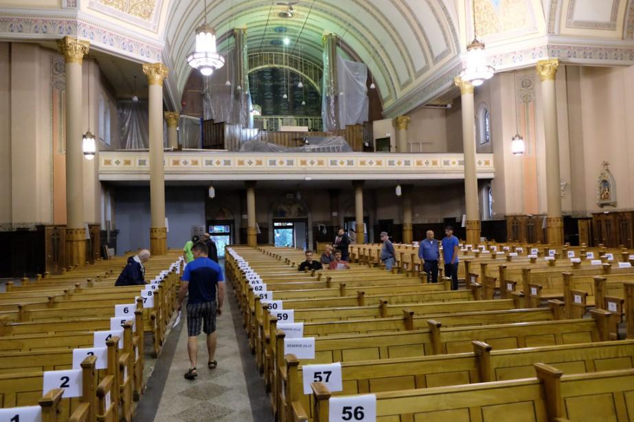 Une vingtaine de personnes ont assisté à la vente à l'encan des 82 bancs de l'église Notre-Dame à Granby. | 14 août 2017