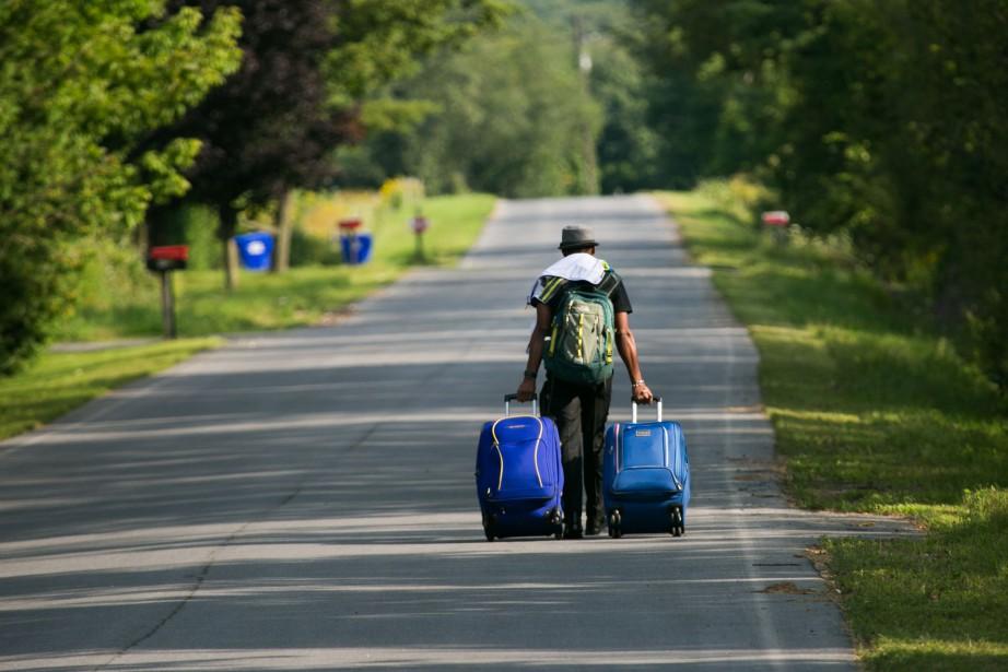 Les migrants continuent d'arriver illégalement à la frontière... (PHOTO MARTIN TREMBLAY, LA PRESSE)