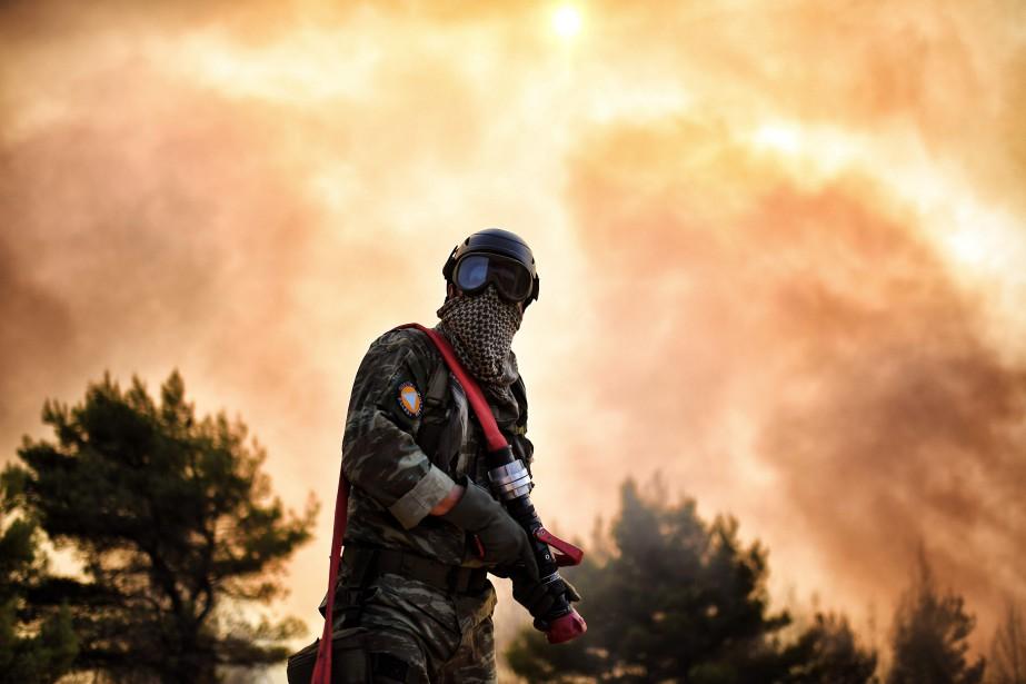 Un total de 290 pompiers et 100 soldats... (photo ARIS MESSINIS, AFP)