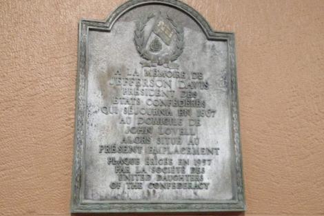 La plaque se retrouvait sur un édifice de... (Photo tirée de Twitter)