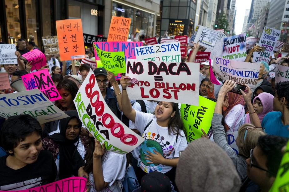 Les manifestants souhaitaient aussi défendre les sans-papiers, et... (PHOTO AP)