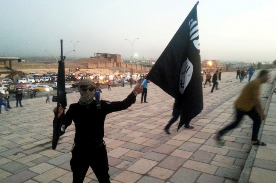 Un combattant du groupe armé État islamique... (PHOTO ARCHIVES REUTERS)